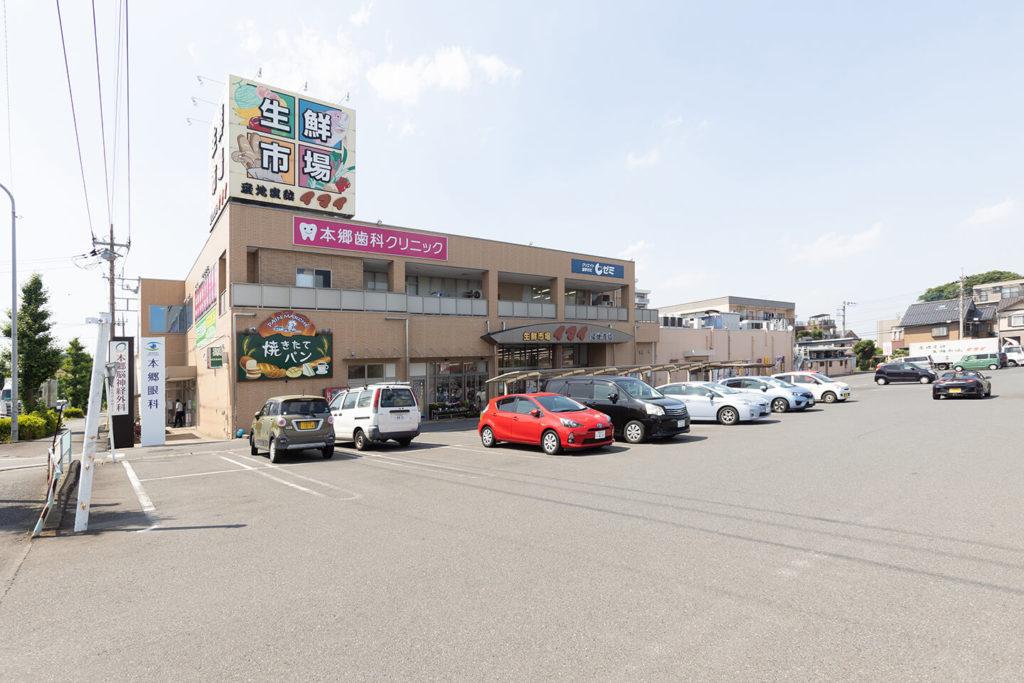 本郷眼科の外観と駐車場